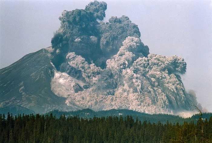 Đỉnh núi St. Helen phun trào năm 1980. Ngày 18/5/1980, một trận động đất nhẹ đã khiến cho dãy núi St. Helen ở Mỹ phun trào. THảm họa này khiến cho 11 bang của quốc gia này chịu ảnh hưởng. 57 người đã thiệt mạng và hàng nghìn người khác rơi vào cảnh thiệt hại lớn về nhà cửa