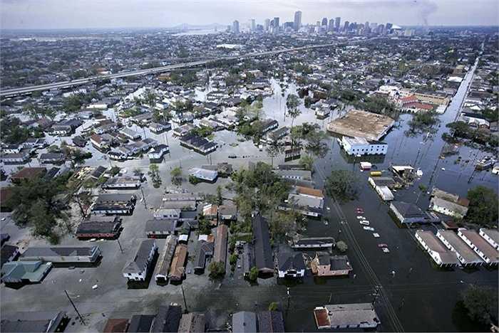 Bão Katrina. Thật khó để quên đi trận bão gây thiệt hại lớn nhất trong lịch sử Hoa Kỳ. Về người, ít nhất đã có 1200 người mất mạng còn hơn 1 triệu người khác mất nhà cửa. Thiệt hại nặng nhất là 2 bang Louisiana, Mississippi và đến nay các công trình đổ nát từ trận bão vẫn chưa được khắc phục hoàn toàn