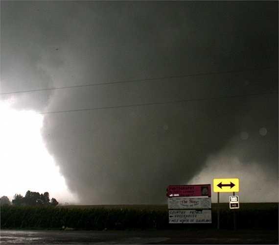 Combo lốc xoáy năm 2006. Năm 2006, một loạt cơn lốc lớn đã tiến đến Hoa Kỳ và khiến cho khoảng 67 người chết. Trong ảnh là 1 trong 14 cơn lốc xoáy xuất hiện liên tiếp vào ngày 24/8. Sức gió mạnh nhất lên tới hơn 50 km/h