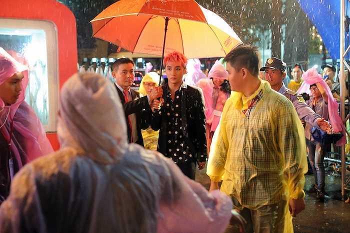 Không hổ danh là 'hoàng tử Mưa', trời cũng bắt đầu đổ mưa ngay khi Sơn Tùng M-TP đến địa điểm tổ chức.