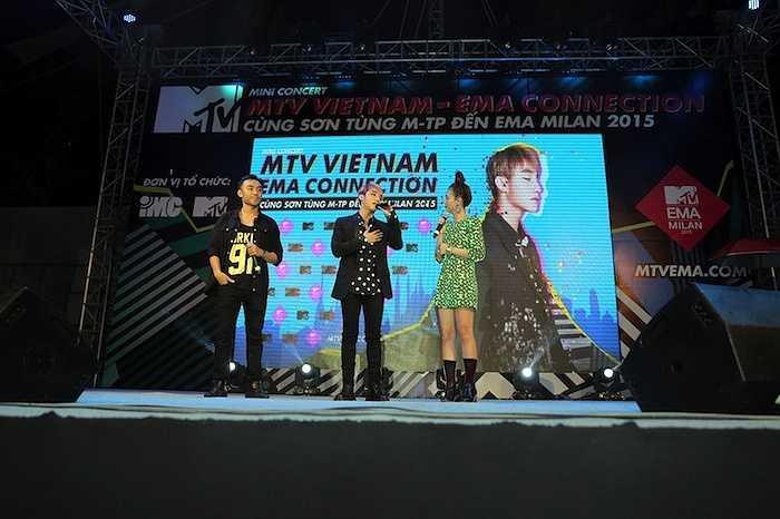 Dù thời gian xuất hiện trên sân khấu không nhiều, Sơn Tùng M-TP cũng đã vô cùng xúc động trước năng lượng toả ra từ hơn 4000 fan dưới trời mưa như trút.