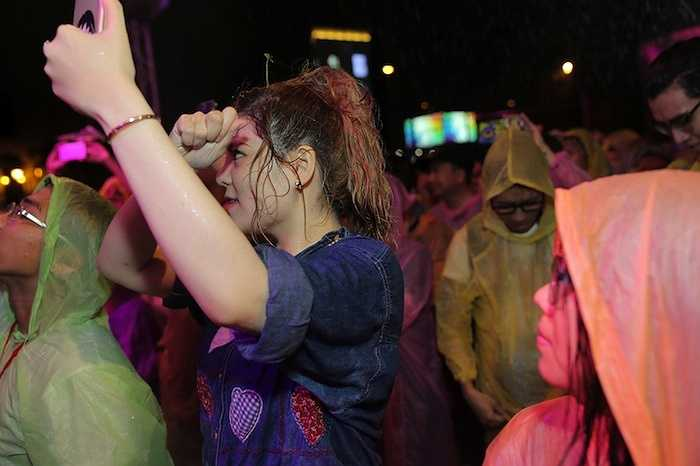 Dù cơn mưa đã trở nên rất lớn, người hâm mộ vẫn kiên quyết bám trụ lại đêm nhạc với những chiếc áo mưa được cung cấp kịp thời từ BTC.