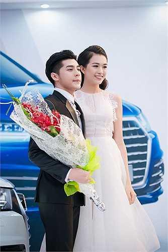 Diện thiết kế của NTK Trương Thanh Phong, Lệ Hằng khoe sắc vóc rạng rỡ bên cạnh chàng ca sĩ điển trai.