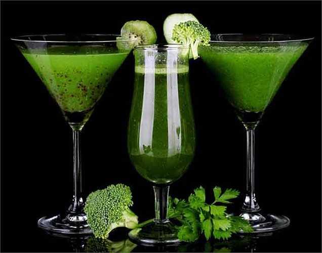 Thay thế bữa sáng của bạn với một sinh tố rau lá xanh. Đây là cách tốt nhất để làm sạch các độc tố khỏi cơ thể. Hãy cho cải xoăn, rau chân vịt và chuối vào sinh tố của bạn.