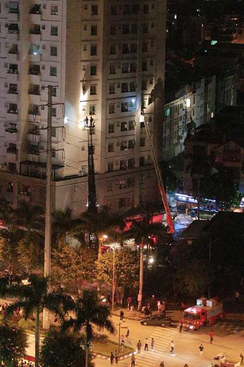 Xe thang cứu hộ những người đang ở tầng 6 - Ảnh: FB Beatvn