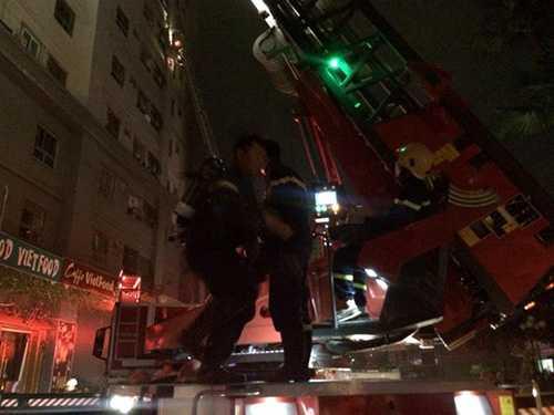 1-Các xe thang được huy động đến hiện trường để cứu người. Ảnh  Anh Tuấn.