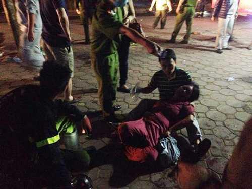 Người dân và lực lượng cứu hộ sơ cứu người bị ngạt khói. Ảnh- Người lao động.