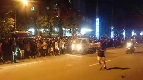Hàng ngàn người dân đứng theo dõi các lực lượng chức năng tìm cách cứu hộ những người dân còn mắc kẹ trên các tầng của tòa nhà