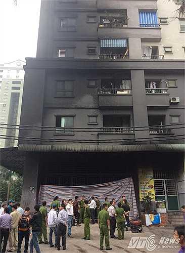 20h ngày 11/10, đám cháy bốc lên từ hầm nhà CT4 với 3 đơn nguyên A, B, C của khu đô thị Xa La (Hà Đông, Hà Nội). Khói đen bao trùm các tòa nhà, thang máy ngừng hoạt động, hàng nghìn người dân hoảng loạn bên trong.