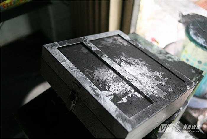 Khói bụi bám đen các vật dụng ở những ki ốt tầng 1 khu đô thị xa La.