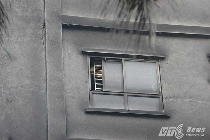Đám cháy bốc lên từ tầng hầm toả ra nhiều khói, ám muội đen sì các bức tường.