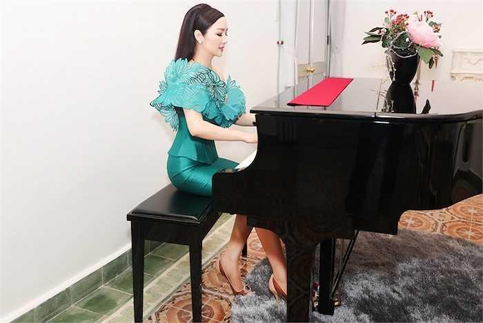 Cô diện một chiếc đầm màu xanh cổ vịt vô cùng nổi bật.