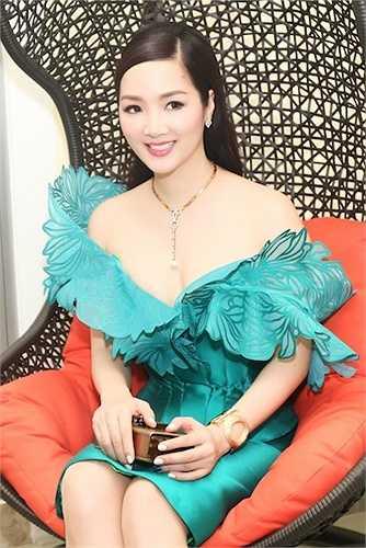 Chiếc váy với thiết kế trễ nải giúp Hoa hậu Đền Hùng khoe được vẻ gợi cảm.