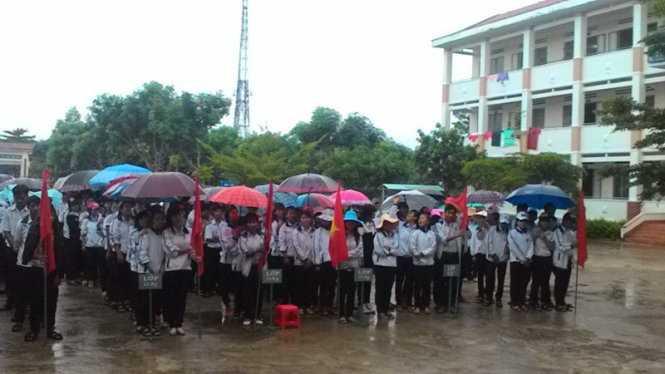 Giờ chào cờ của học sinh Trường THPT Võ Văn Kiệt. Trường chỉ tổ chức chào cờ 1 buổi/tháng, nhiều thời gian dành cho hiệu trưởng... giảng bài - Ảnh: B.D.