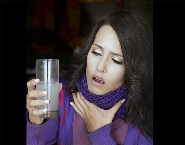 Đau họng: Đun sôi nước cho thêm vài lá húng quế và uống như trà để giảm đau họng. Bạn có thể thử súc miệng nước muối vì nó giúp tiêu diệt vi khuẩn trong cổ họng và làm cho các chất nhầy loãng ra và  giúp đẩy ra ngoài một cách dễ dàng.