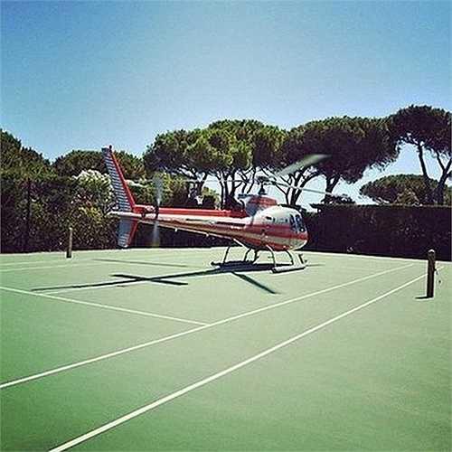 Một hình ảnh gây sốc khi một người dùng tài khoản đáp cả máy bay trực thăng xuống sân tennis để chung vui với những người bạn