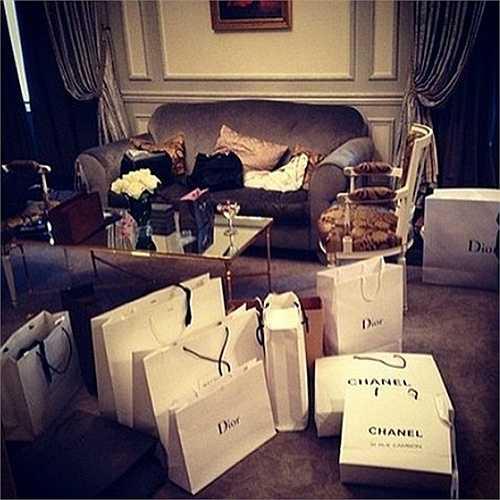mua sắm là điều không thể không làm đối với những người 'thừa tiền'