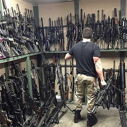 Từng phục vụ trong quân ngũ, Dan rất thích sưu tầm các loại vũ khí, đặc biệt là súng