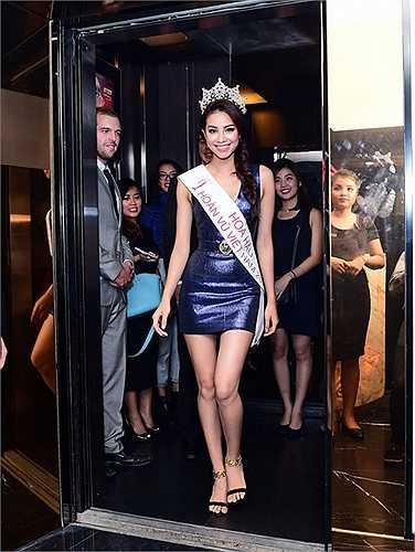 Tân Hoa hậu Hoàn vũ Việt Nam diện chiếc váy ngắn ôm sát khoe đường cong gợi cảm và đôi chân dài miên man.