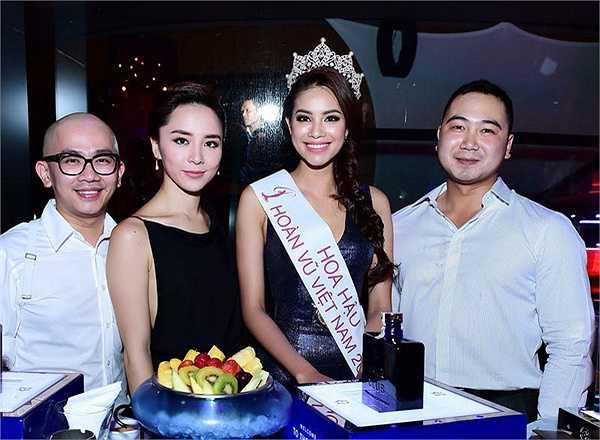 Với kinh nghiệm có được từ những lần tham gia các đấu trường nhan sắc trong nước, Phạm Hương thể hiện phong thái tự tin, lôi cuốn khi tham gia Hoa hậu Hoàn vũ Việt Nam