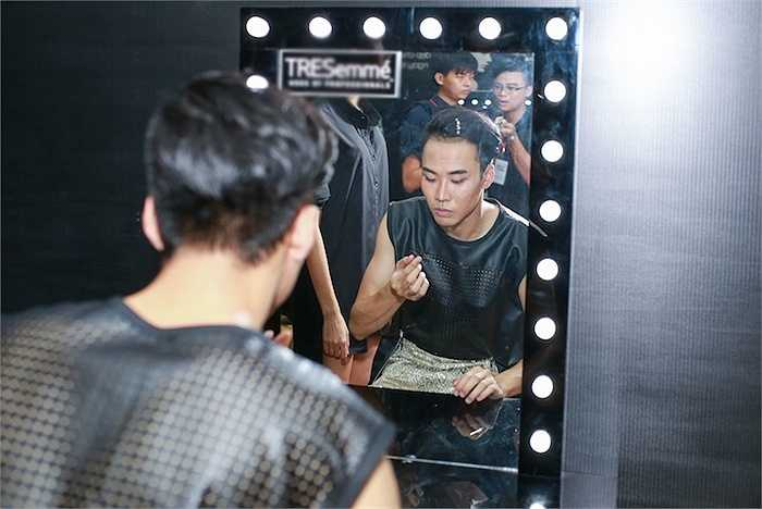 Trong khi đó, các thí sinh trong Top 4 đang bận rộn ở hậu trường chuẩn bị cho đêm thi có tính quyết định.