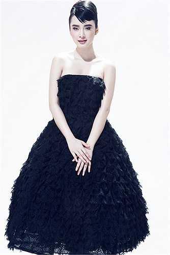 Angela Phương Trinh trông thật quý phái với chiếc váy bằng chất liệu ren lưới xếp nhiều tầng