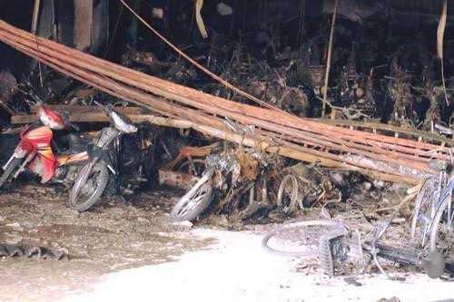 Hàng trăm xe máy, xe đạp trong chung cư CT4, Khu đô thị Xa La bị thiêu rụi sau vụ hỏa hoạn tối 11/10. Ảnh: Nam Nguyễn