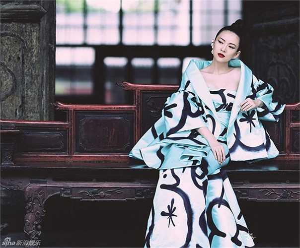 Vẫn với phong thái kiêu sa và thân hình mảnh mai, Chương Tử Di hiện lên như một nữ thần phương Đông.