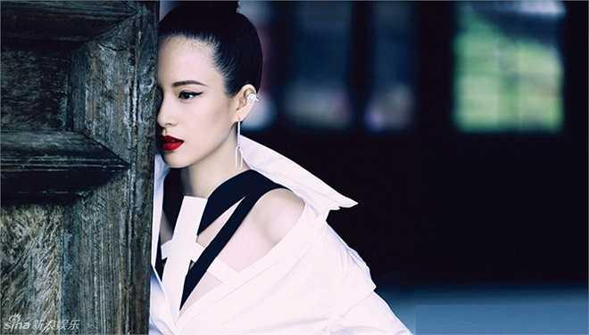 Không chỉ có Marie Claire, Chương Tử Di còn xuất hiện trong một bộ ảnh thời trang của tạp chí Harper's Bazaar.