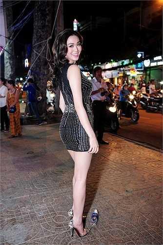 Khánh My xuất hiện đầy quyến rũ trong chiếc đầm ngắn với những đường cắt xẻ vô cùng táo bạo.