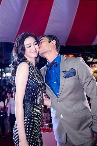 Anh trìu mến dành cho Khánh My những nụ hôn ngọt ngào.