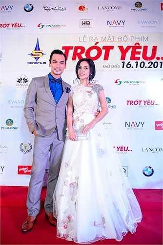 Việt Trinh lộng lẫy trong chiếc đầm đính kết cầu kỳ, nở nụ cười tươi chào người hâm mộ và khách mời tại sự kiện.