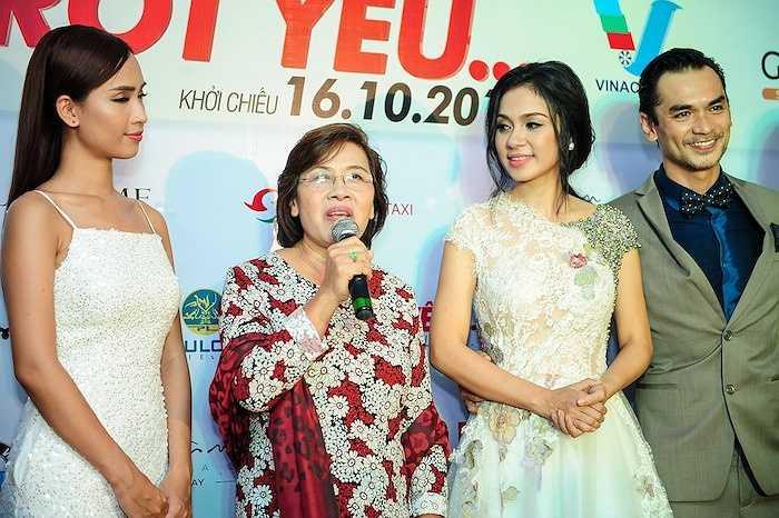 Chia sẻ về sự kiện ra mắt phim lần này, nữ diễn viên Việt Trinh nói: 'Tôi khá vui vì sau một thời gian dài từ lúc lên ý tưởng cho đến lúc thực hiện, đến nay bộ phim đã chính thức được ra mắt.Hiện tại, tôi vô cùng hạnh phúc và mong rằng những cố gắng của tôi cùng cả ê-kíp sẽ được khán giả đón nhận.'