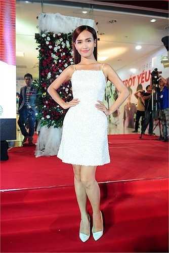 Ái Phương cũng có mặt tại sự kiện với chiếc đầm sequin ngắn.
