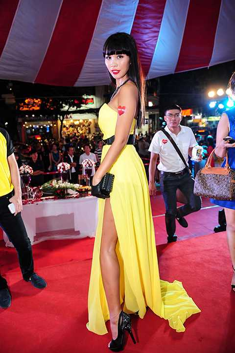 Hà Anh thu hút sự chú ý với váy dạ hội xẻ chân màu vàng vô cùng gợi cảm của nhà thiết kế Hồ Thanh Phương. Cô cũng khéo léo kết hợp với các phụ kiện có tông vàng, đen để tạo thêm những điểm nhấn nổi bật cho bộ trang phục như vòng cổ, thắt lưng, clutch và găng tay.
