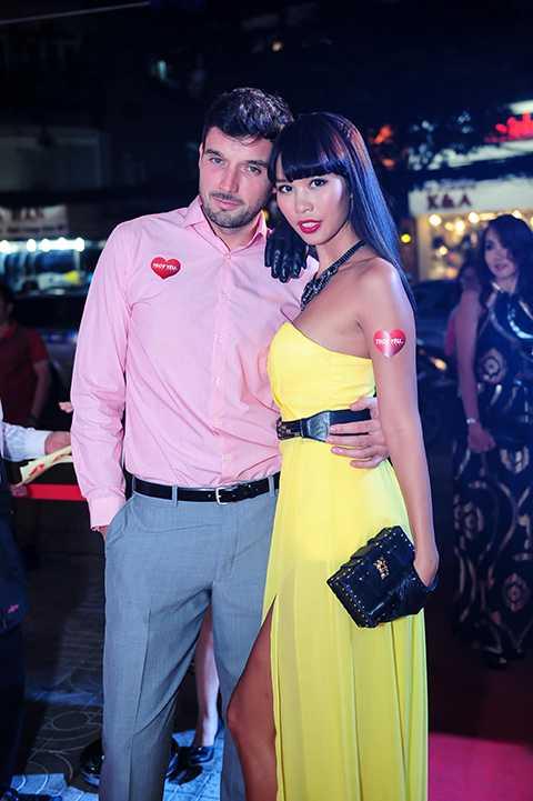 Nữ siêu mẫu có thân hình đồng hồ cát đến tham dự sự kiện cùng vị hôn phu Olly Dowden.