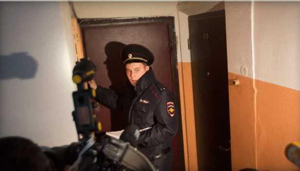 Một sỹ quan cảnh sát Nga phát biểu với giới truyền thông trong khu nhà phát hiện khối chất nổ tự tạo