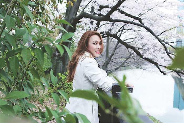 Các ca khúc như Một mình của nhạc sỹ Thanh Tùng, hay Tóc gió thôi bay, Về đi em của Nhạc sỹ Trần Tiến sẽ được cô cùng các học trò thể hiện trong đêm nhạc này.