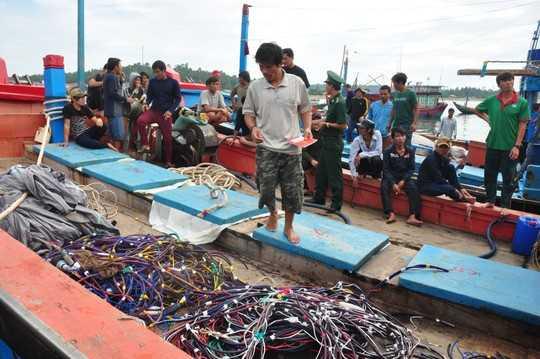 Các ngư dân xã Bình Châu, huyện Bình Sơn, tỉnh Quảng Ngãi, đi trên tàu QNg 90127 TS thẫn thờ sau chuyến biển mất trắng do bị tàu Trung Quốc tấn công hồi tháng 7-2015 - Ảnh: Tử Trực