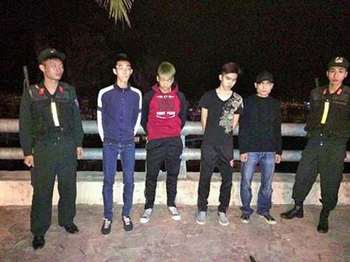 4 thanh niên bị phát hiện, bắt giữ (những người đứng giữa)
