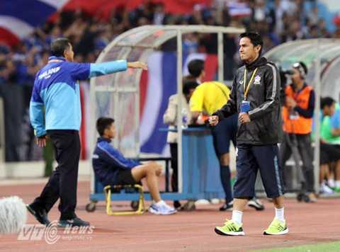 HLV Kiatisak ăn mừng bàn thắng (Ảnh: Quang Minh)