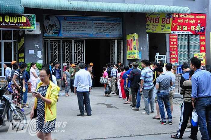 Một ngày sau khi xảy ra vụ hỏa hoạn ở khu đô thị Xa La (Hà Nội), người dân ở 2 khu nhà CT4B và CT4C đã được vào hầm gửi xe để lấy xe ra.