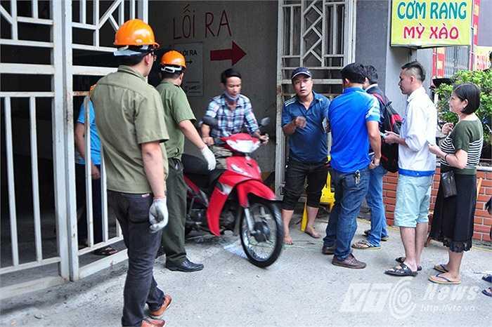 Trong khi đó, một bộ phận người dân của khu nhà CT4A hiện vẫn rất băn khoăn, không biết liệu những chiếc xe máy của họ hiện đã bị thiêu rụi trong đám cháy sẽ được đền bù như thế nào? (Thực hiện: Việt Linh)