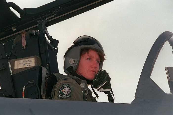 Trung úy Jenny Flynn - nữ phi công Mỹ đầu tiên lái máy bay tiêm kích-ném bom F-15E