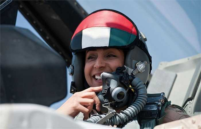 Thiếu tá Maryam al-Mansouri - nữ phi công đầu tiên của UAE