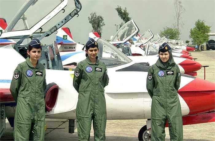 Các cô gái được cấp thẻ phi công Không quân Pakistan