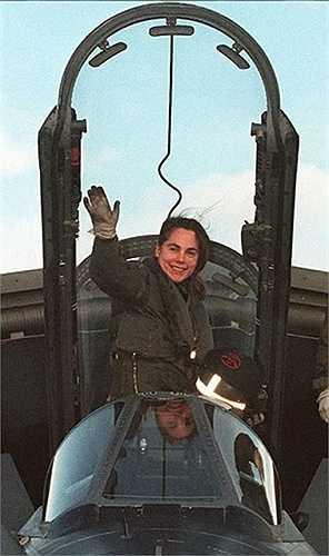 Joanna Mary Salter - nữ phi công lái máy bay phản lực đầu tiên của Không quân Hoàng gia Anh