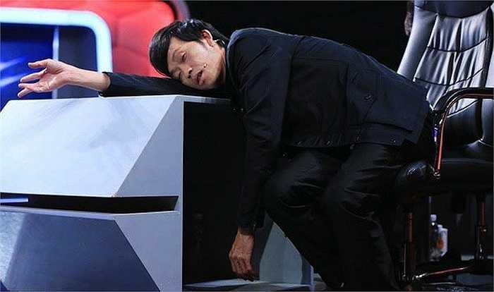 Ngay trong buổi ghi hình 'Người bí ẩn', Hoài Linh từng khiến fans xót xa khi ngủ gục ngay trên bàn giám khảo vì quá mệt mỏi.