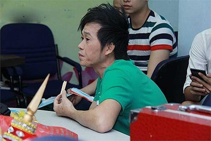 Vẻ mệt mỏi khó giấu của Hoài Linh.