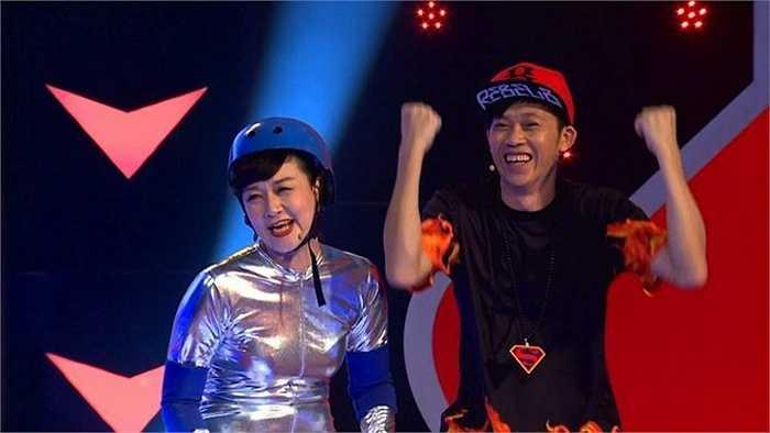 Thi thoảng Hoài Linh cũng giữ vai trò MC như trong chương trình 'Người đi xuyên tường'.